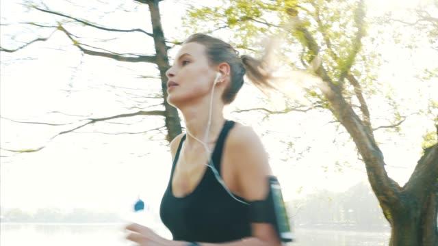 vidéos et rushes de durée de vie active. - joggeuse