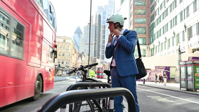 active london businessman in early 30s commuting by bicycle - double decker bus stock videos & royalty-free footage
