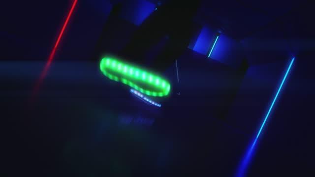 Aktiven Mann Breakdance in Nachtclub