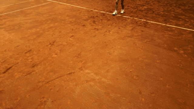 vidéos et rushes de active femme mature joue tennis - terrain de sport sur gazon