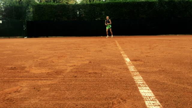 Active femme Mature joue Tennis
