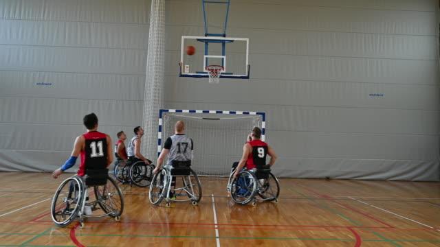 vídeos de stock, filmes e b-roll de jogo ativo entre jogadores de basquete em cadeira de rodas masculinos - passar a frente