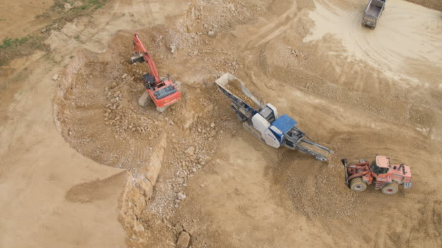 stockvideo's en b-roll-footage met active quarry site - bouwapparatuur