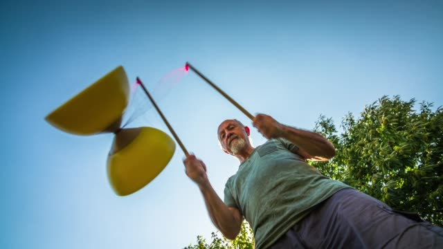 aktive senioren ausübung diabolo im freien - fähigkeit stock-videos und b-roll-filmmaterial