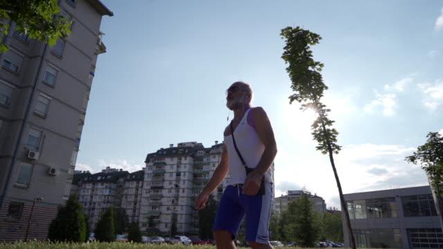 vídeos de stock, filmes e b-roll de homem sênior ativo patinando em câmera lenta - só um homem idoso