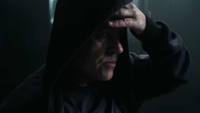 Aktive Senior tragen hoody in Turnhalle