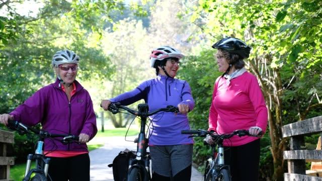 アクティブなシニア女性が一緒にサイクリング - サイクリングヘルメット点の映像素材/bロール