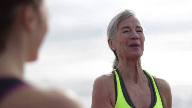 vidéos et rushes de active senior woman outdoors exercising - activité
