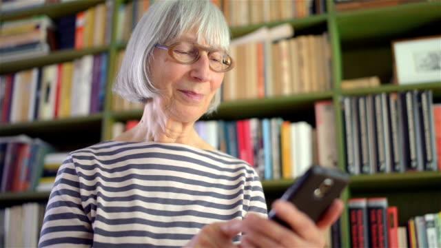 vidéos et rushes de envoyer des sms femme senior actif - septuagénaire