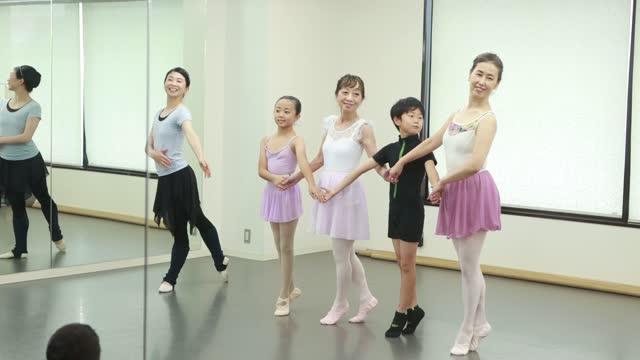 active seniors enjoying ballet in asia - バレエ点の映像素材/bロール