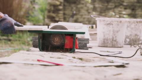 vídeos y material grabado en eventos de stock de diy. personas de la tercera edad activas. mejora del hogar y reparación. creando tu propia barbacoa. - work tool