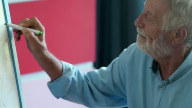 vidéos et rushes de aîné actif d'homme d'enseignement d'enfant - famille avec un enfant