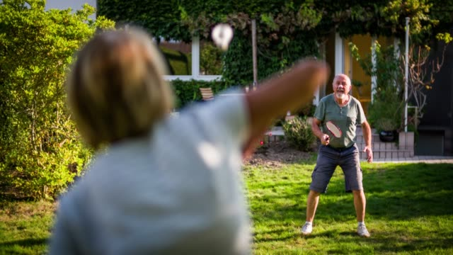 vidéos et rushes de seniors actifs jouant au badminton - badminton sport