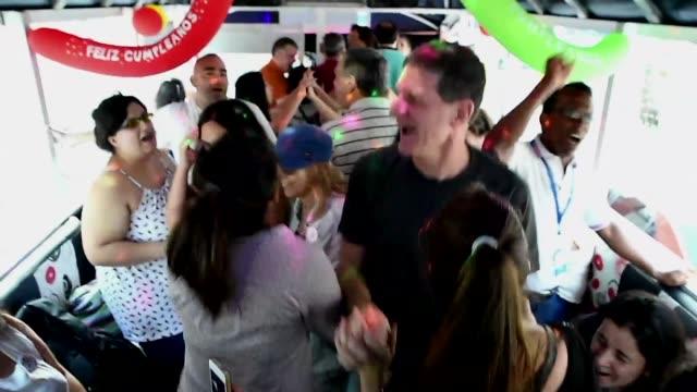 vídeos de stock e filmes b-roll de actividades como bailar salsa escalar y lanzarse en parapente eran actividades reservadas para videntes - bailar