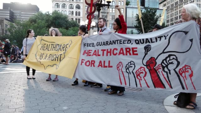 vídeos y material grabado en eventos de stock de activist and health-care advocates held a rally in union square demanding universal health-care , improved medicare, and end to for-profit... - seguro médico