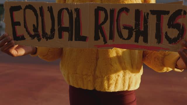 vídeos y material grabado en eventos de stock de activista por la igualdad de derechos - social justice concept