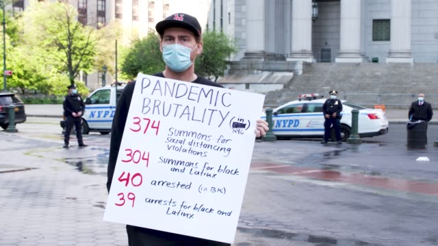 vidéos et rushes de activist held an anti-police brutality protest at foley square in downtown manhattan. the nypd is accused of engaging in abusive broken windows... - police force