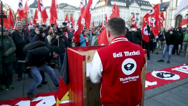 vidéos et rushes de activist sven liebig leads right-wing protesters in a satirical speech in mock-support of german chancellor angela merkel on the day she visited the... - satire