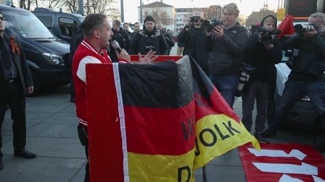 vídeos y material grabado en eventos de stock de activist sven liebig leads right-wing protesters in a satirical speech in mock-support of german chancellor angela merkel on the day she visited the... - satírico