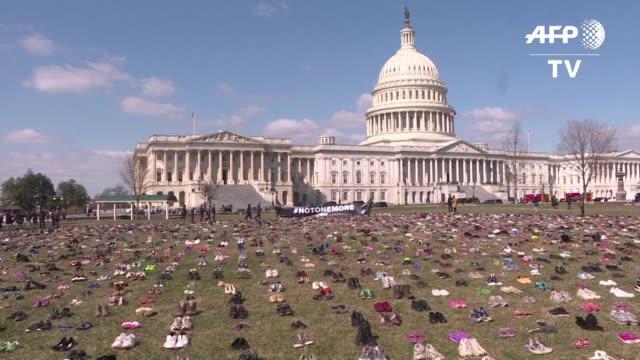 Activistas colocaron 7000 pares de zapatos vacios el martes frente al Congreso de Estados Unidos en protesta por la cantidad de niños muertos por...