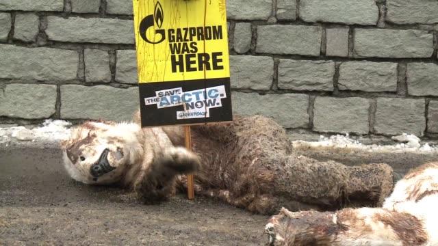 vídeos y material grabado en eventos de stock de activistas de greenpeace llevaron los osos polares a davos disfrazados de animales denunciaron el jueves la extraccion de petroleo en el artico que... - jueves