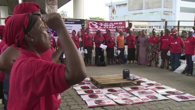 vídeos de stock e filmes b-roll de activistas nigerianos se manifestaron el viernes para exigir al gobierno que actue para liberar a las 195 estudiantes que siguen secuestradas por el... - exigir