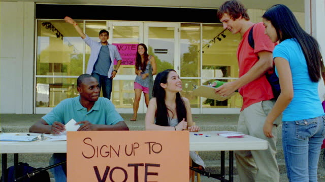 ms, activists encouraging students to vote on campus, san antonio, texas, usa - 投票点の映像素材/bロール