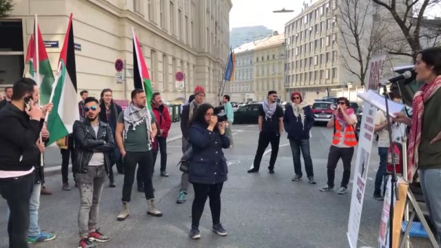 activists from boycott divestment and sanctions movement hold a demonstration in front of us and israeli embassies to vienna against us support to... - 制裁点の映像素材/bロール