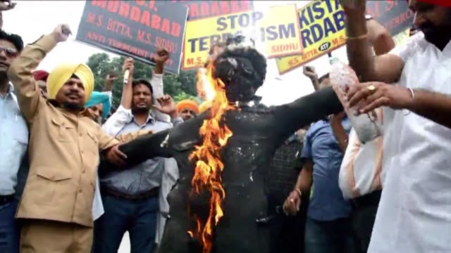 stockvideo's en b-roll-footage met activists from the all india anti terrorist front aiatf shout anti pakistan slogans as they burn an effigy representing pakistans inter services... - indiase leger