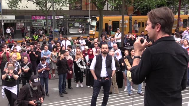 activists gather at the state library of victoria during a protest rally organized by australia palestine advocacy network over australian prime... - primo ministro video stock e b–roll