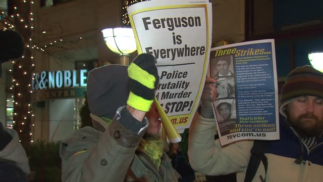 vidéos et rushes de activists in chicago gather to protest grand jury decisions in eric garner michael brown cases on dec 3 2014 - eric