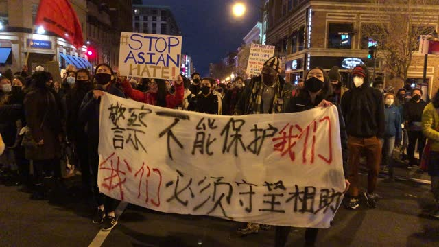 vídeos de stock, filmes e b-roll de activists participate in a vigil and a march in response to the atlanta spa shootings on march 17, 2021 in the chinatown area of washington, dc. a... - tiroteio