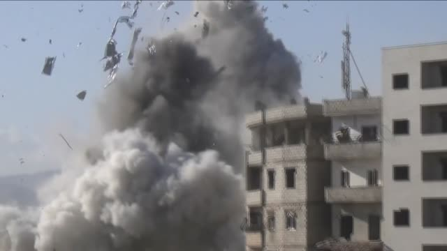 activists published a video to refute the statements of president bashar alassad that denies dropping indiscriminate weapons such as barrel bombs on... - バッシャール・アル=アサド点の映像素材/bロール