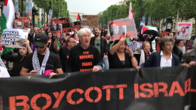 activists stage a demonstration against the visit of israeli prime minister benjamin netanyahu on the champs elysees avenue in paris france on june... - 2018 stock-videos und b-roll-filmmaterial