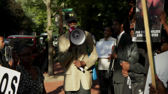 vidéos et rushes de activists stage a protest to mark the national reparations day outside the residence of u.s. senate majority leader sen. mitch mcconnell july 1, 2019... - execution