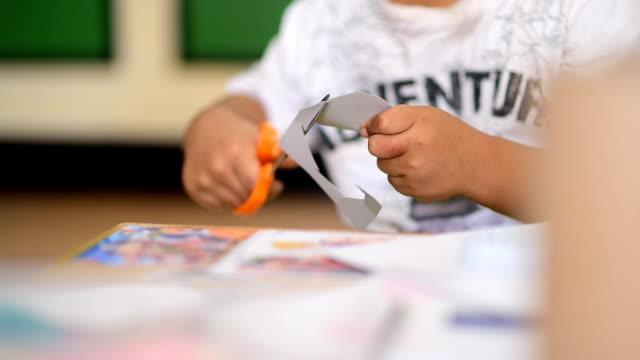 vídeos de stock, filmes e b-roll de atividades para criança - tesoura