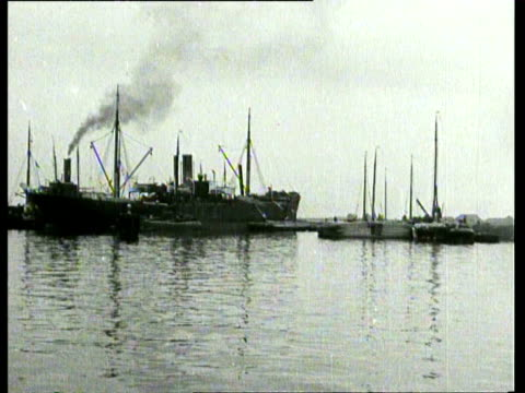 1914 b/w activities in and around the amsterdam ijhaven, harbour personnel at work, moored ships / amsterdam, noord-holland, netherlands - 1914年点の映像素材/bロール