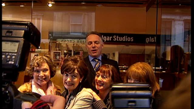 actor and comedian rik mayall dies; r27110604 / england: london: whitehall: trafalgar studios: ext rik mayall in character as 'alan b'stard' from... - rik mayall bildbanksvideor och videomaterial från bakom kulisserna