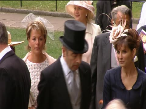 vídeos de stock, filmes e b-roll de actor and comedian rowan atkinson arrives at westminster abbey for the royal wedding of prince william and catherine middleton - papel em casamento