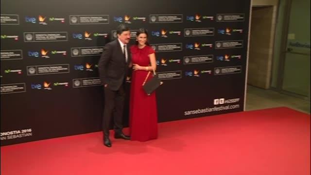 actor benicio del toro receives the 'donosti' lifetime achievement award at the kursaal palace - 生涯功労賞点の映像素材/bロール