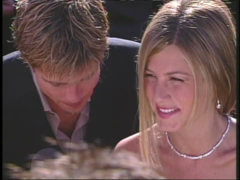 actor brad pitt and actress jennifer aniston arrive at the 2000 academy awards - brad pitt actor stock videos & royalty-free footage