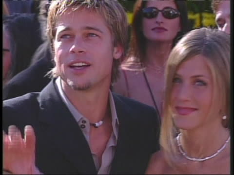actor brad pitt and actress jennifer aniston look at each other lovingly at the 2000 academy awards. - brad pitt actor stock videos & royalty-free footage