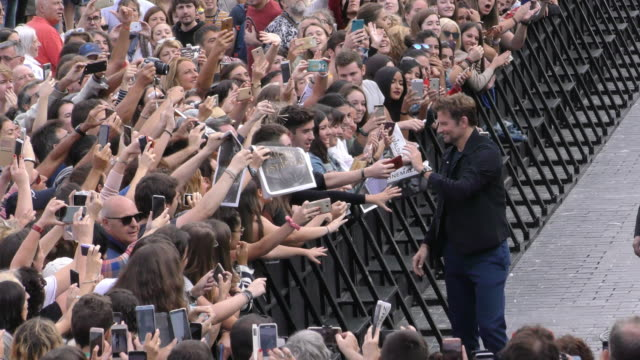 vidéos et rushes de actor bradley cooper attends the 'a star is born' photocall during the 66th san sebastian international film festival on september 29 2018 in san... - vip