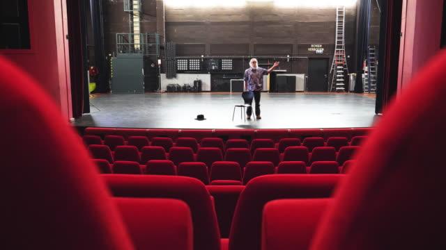 vidéos et rushes de acteur, directeur de répétition au théâtre - acteur