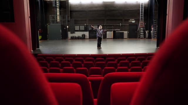 stockvideo's en b-roll-footage met acteur, directeur repetitie in theater - toneel