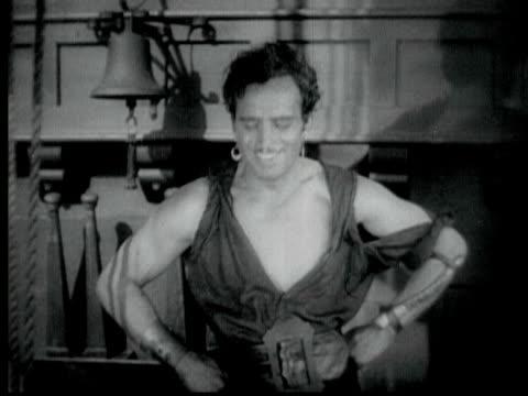 1926 b/w ms actor douglas fairbanks sr. wearing pirate costume, bowing to camera / hollywood, california, usa - 1926 bildbanksvideor och videomaterial från bakom kulisserna