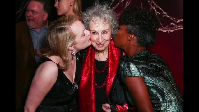 vídeos y material grabado en eventos de stock de actor elisabeth moss author margaret atwood and actor samira wiley attend the premiere of hulu's 'the handmaid's tale' at arclight cinemas cinerama... - cinerama dome hollywood