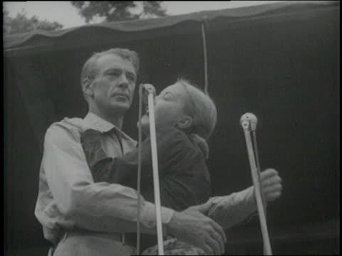 vídeos y material grabado en eventos de stock de actor gary cooper performs with a woman in a uso show - mareado