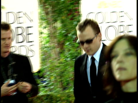 vídeos de stock, filmes e b-roll de actor heath ledger , sunglasses, & girlfriend, actress michelle williams walking through crowded red carpet at beverly hilton hotel. - heath ledger