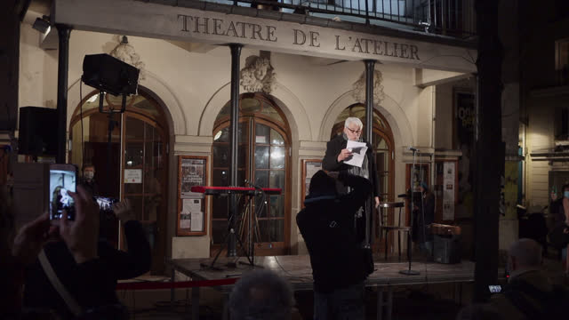 """vidéos et rushes de actor jacques weber reads texts in order to fight the closure of the playhouses at the """"theatre de l'atelier"""" on december 15 in paris, france. the... - french culture"""